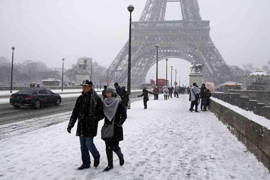(FOTO) SNEG U PARIZU USPANIČIO FRANCUZE! Dok oni padaju u nesvest, turisti misle drugačije!
