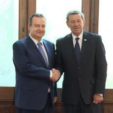 (FOTO) Šef urugvajske diplomatije poverio se srpskom kolegi ZA KOGA NAVIJA IZ SRBIJE: Dačić ga onda oduševio poklonom!