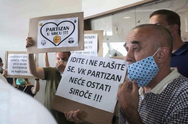 FOTO vest: Protest roditelja na konferenciji VKP
