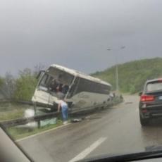 FOTOGRAFIJA SA LICA MESTA: Usled nevremena kod Bubanj potoka prevrnuo se autobus, čeka se Hitna pomoć (FOTO)