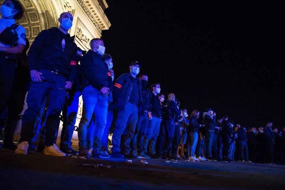 FRANCUSKIM POLICAJCIMA PREKIPELO, PROTESTOVALI U PARIZU: Ne nazivajte nas rasistima! Pobacali lisice na zemlju! FOTO