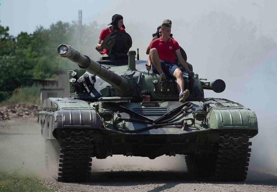 FUDBALERI ZVEZDE NA TENKU: Crveno-beli se provozali na pravom borbenom vozilu (FOTO)