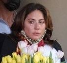 Fanovi u čudu: Ledi Gaga baca cveće kao da hrani golubove, u suzama napustila hotel FOTO