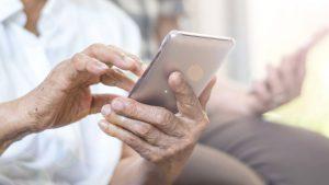 Fejsbuk i porodica: Ako ne izbriše fotografije unučadi s Fejsbuka, baka će morati da plaća 50 evra dnevno