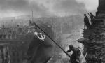 Fejsbuk uklanja fotografije sa Zastavom pobede na Rajhstagu: Crvenu Armiju proglasio opasnom organizacijom (VIDEO)