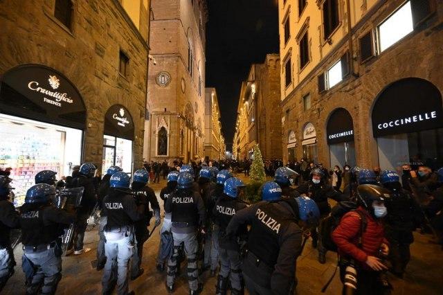Flašama i kamenicama napali policiju: Demonstracije protiv vladinih mera u Firenci
