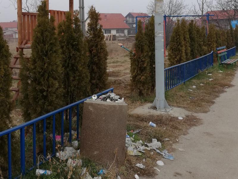 Foto-vest: Gomile smeća na igralištu u Bobištu