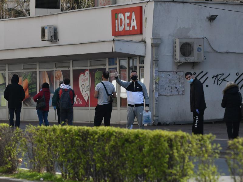 Foto-vest: Redovi ispred prodavnica uobičajeni, Nišlije nije pogodila najava zabrane kretanja