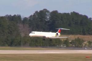 Fotograf slučajno zabeležio jezivo sletanje aviona (VIDEO)
