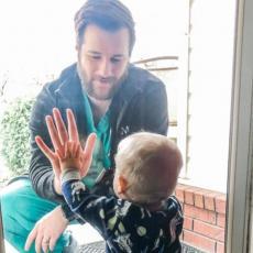 Fotografija oca u izolaciji koji gleda sina kroz staklo obišla je svet, a sada je nova vest rastužila sve
