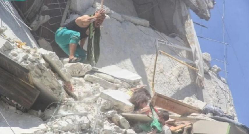 Fotografija slama srca: Djevojčica (5) u ruševinama pokušava spasiti mlađu sestru