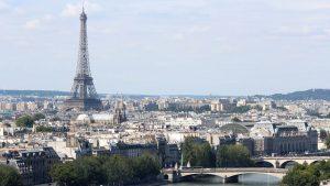 Francuska uz zvona praznih crkava i sveće odala počast žrtvama virusa