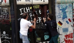 Francuski poslastičar napravio i razbio čokoladni Berlinski zid u Parizu