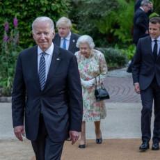 GDE JE TRAMP STAO, BAJDEN PRODUŽIO: Američki predsednici baš ne umeju da ispoštuju kraljevski protokol