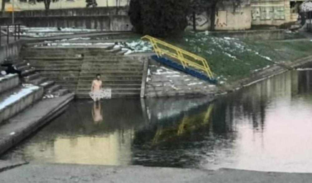 GO MUŠKARAC ŠETAO CENTROM ZRENJANINA: Potnuno nag ušao u ledenu vodu jezera!