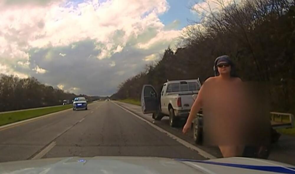 GOLA POTERA: Bežala u ukradenom vozilu pa šokirala policiju! Izašla kao od majke rođena, nasred puta u Arkanzasu! VIDEO