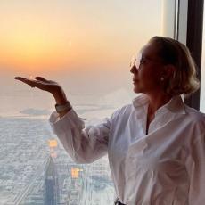 GOLIŠAVA Lepa Brena (60) u Dubaiju pokazala čime raspolaže: OVAJ deo tela fascinirao SVE! (FOTO)