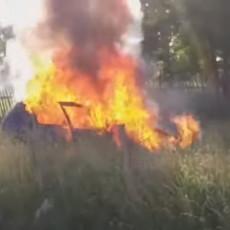 GOREO AUTOMOBIL U TUTINU: Uzrok još uvek nije poznat, potpuno uništeno vozilo (VIDEO)