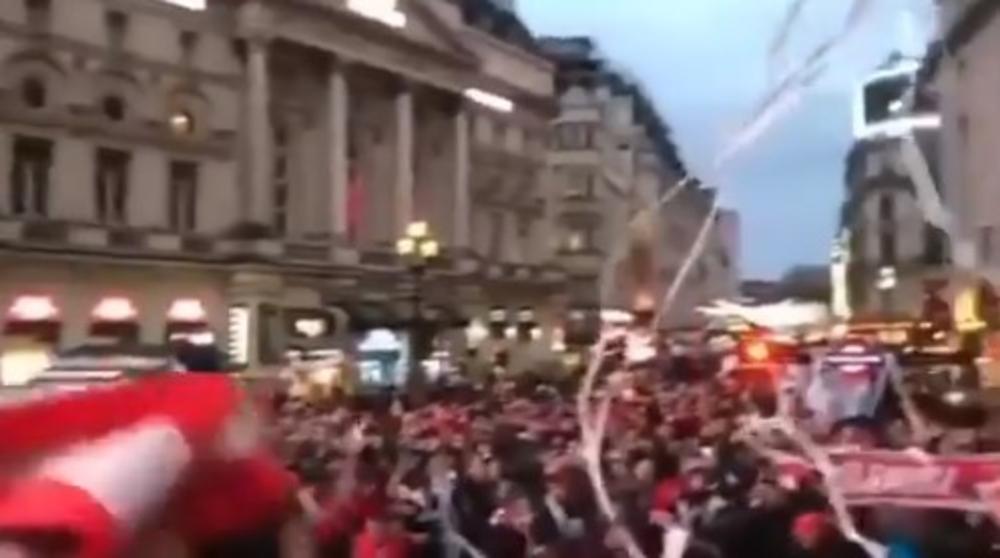 GRCI NAPRAVILI KARNEVALSKU ATMOSFERU U CENTRU LONDONA: Pogledajte kako su se zabavljali navijači Olimpijakosa (VIDEO)