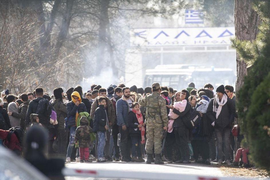 GRČKA POLICIJA SUZAVCEM I ŠOK-BOMBAMA KRENULA NA MIGRANTE: Vojska čuva granicu, nastao haos (VIDEO)