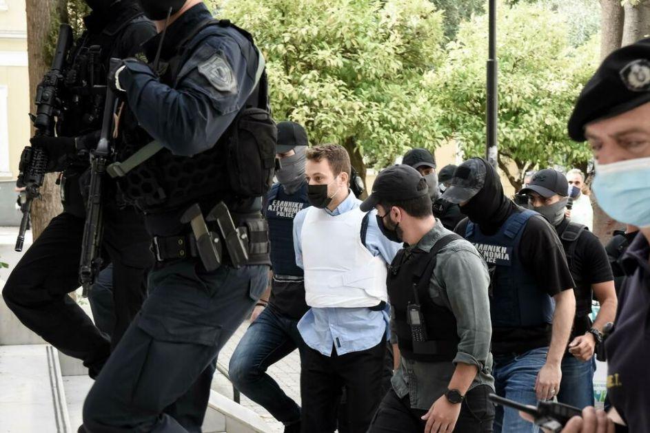 GRČKI PILOT KOJI JE UBIO ŽENU STIGAO U SUD U PANCIRU: Demonstranti uzvikivali da je čudovište i da treba da trune u zatvoru VIDEO