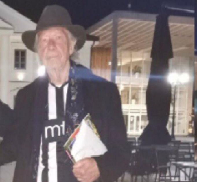 GROBARI U TRANSU! Nobelovac Peter Handke uslikan u Višegradu u dresu Partizana (FOTO)