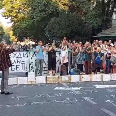 GROMOGLASNI APLAUZ ZA MALOG STEFANA: Okupili se ljudi iz svih krajeva grada i oprostili se od dečaka (VIDEO)