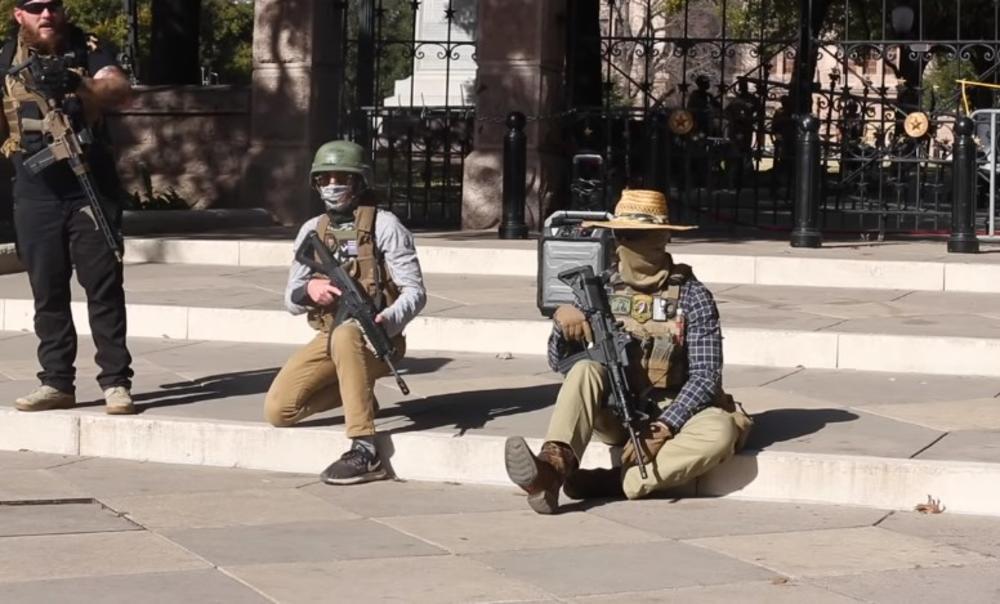 GRUPA NAORUŽANIH LJUDI PROTESTVOVALA ISPRED TEKSAŠKOG KONGRESA: Došli su da traže svoja prava! (VIDEO)