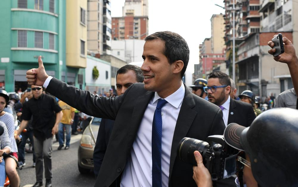 GVAIDO UPAO U VENECUELANSKI PARLAMENT: Sukobio se sa policijom, pristalice ga nosile na rukama (VIDEO)
