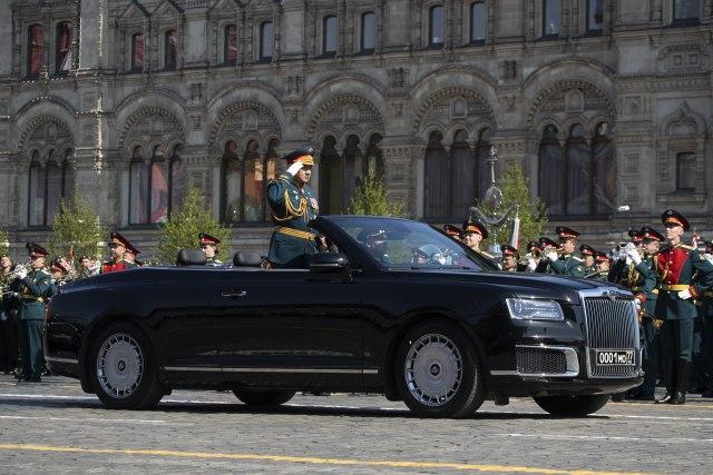 Putinova igračka od 140.000 evra provozana kroz Moskvu FOTO