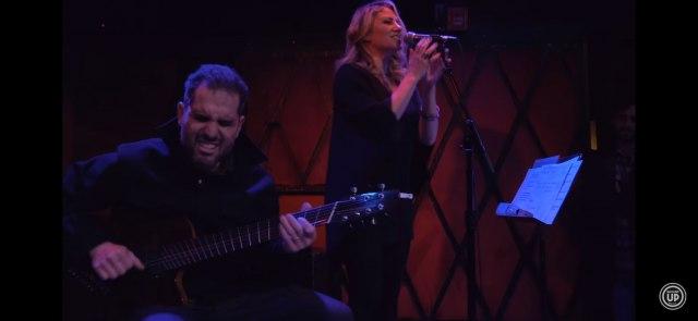 Gitarista Čarli Hanter i pevačica Lusi Vudvard nastupaju na Nišvilu