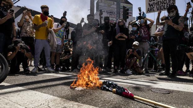 Amerika protestuje,  policijski čas i sukobi