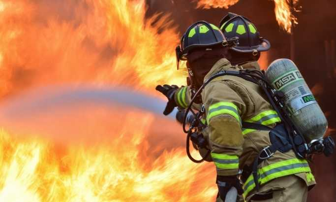 Gori ruska fabrika metala, poginuo vatrogasac, dva povređena
