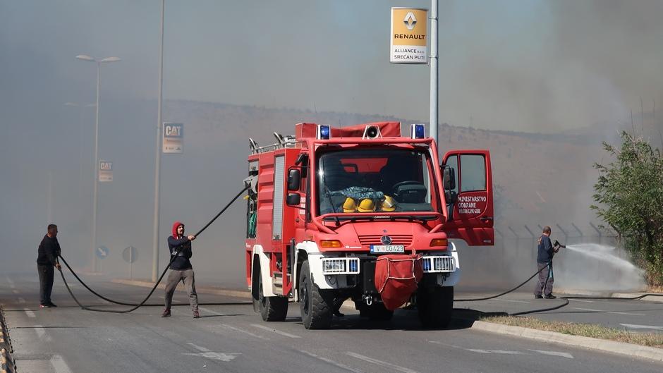 Gori u Crnoj Gori: Vatra u Piperima nadomak kuća