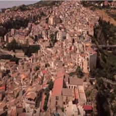 Grad na prelepom italijanskom ostrvu nudi BESPLATNE KUĆE, ali to nije sve: Može da se dobije i novac (FOTO/VIDEO)