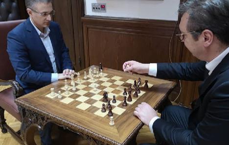 Građani ga opkoliil, Vučić sa Stefanovićem igra šah