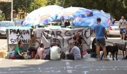 Gradjani i dalje blokiraju ulicu nakon smrti dečaka na Karaburmi