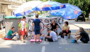Građani i dalje blokiraju ulicu nakon smrti dečaka na Karaburmi