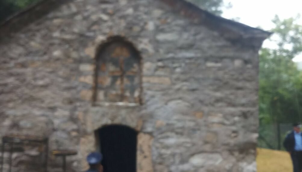Grafiti OVK u hramu Svetog Petra i Pavla u Brodu, vandalizovano i dečje igralište u Sušici
