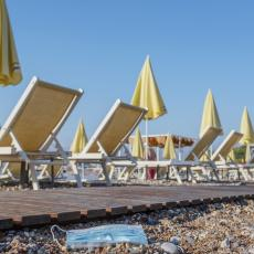 HAOS NA PLAŽI U SUTOMORU: Vlasnik zbog turista iz Srbije zaključao plažu, nezapamćena sramota