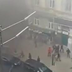 HAOS NA ULICAMA KIJEVA: Ukrajinski fašisti bombama i bakljama napali sedište opozicione proruske stranke (VIDEO)