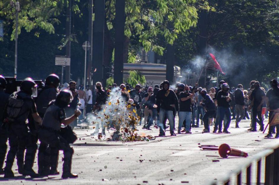 HAOS NA ULICAMA SAO PAULA: Sukobili se Bolsonarovi protivnici i pristalice, policija koristila suzavac da ih razdvoji