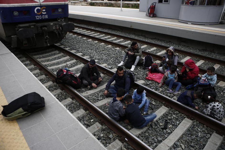 HAOS U ATINI! MIGRANTI OKUPIRALI ŽELEZNIČKU STANICU: Zahtevali da ih puste da putuju do granice, postavili i šatore na stanici (FOTO, VIDEO)