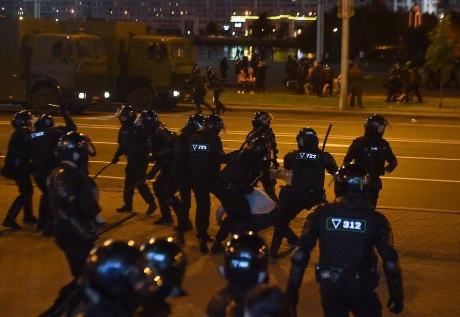 HAOS U BELORUSIJI: Ima mrtvih u sukobima policije i demonstranata, građani blokirali specijalce! Čuju se eksplozije
