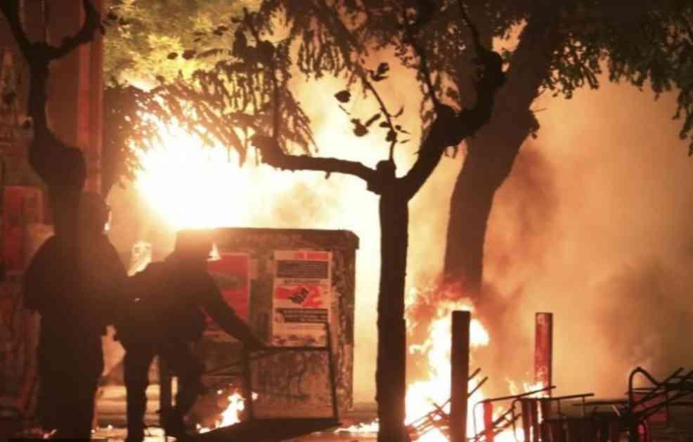 HAOS U CENTRU ATINE: Demonstranti zasuli policiju kamenicama, zapalili zastavu SAD, postavljene barikade! (VIDEO)