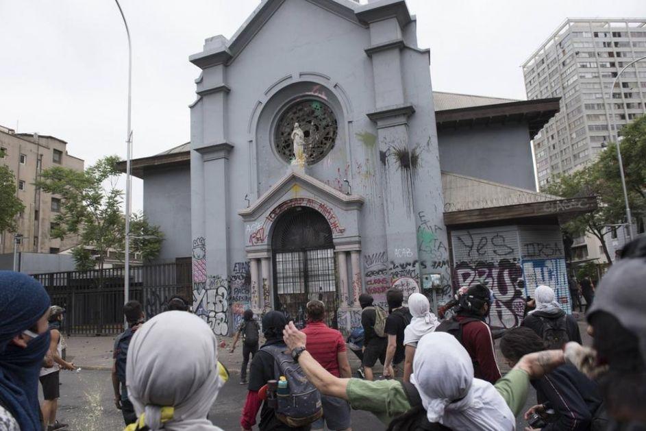 HAOS U ČILEU NE PRESTAJE: Demonstranti sa kapuljačama na glavama vandalizovali crkvu u Santjagu! (FOTO, VIDEO)