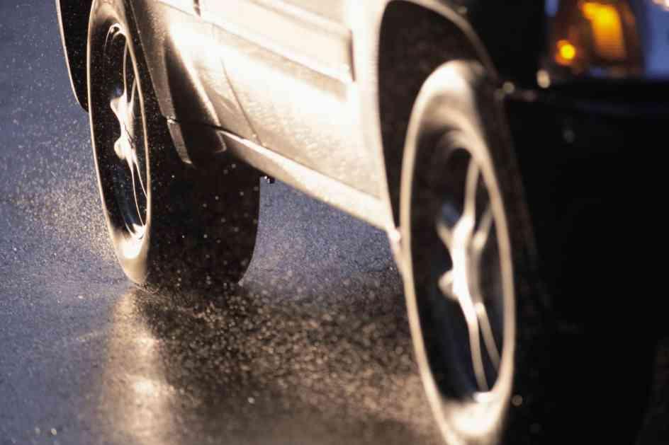 HAOS U INĐIJI: Probušio gume na više od 70 automobila, kad su ga građani pojurili, skočio u kanal i pobegao