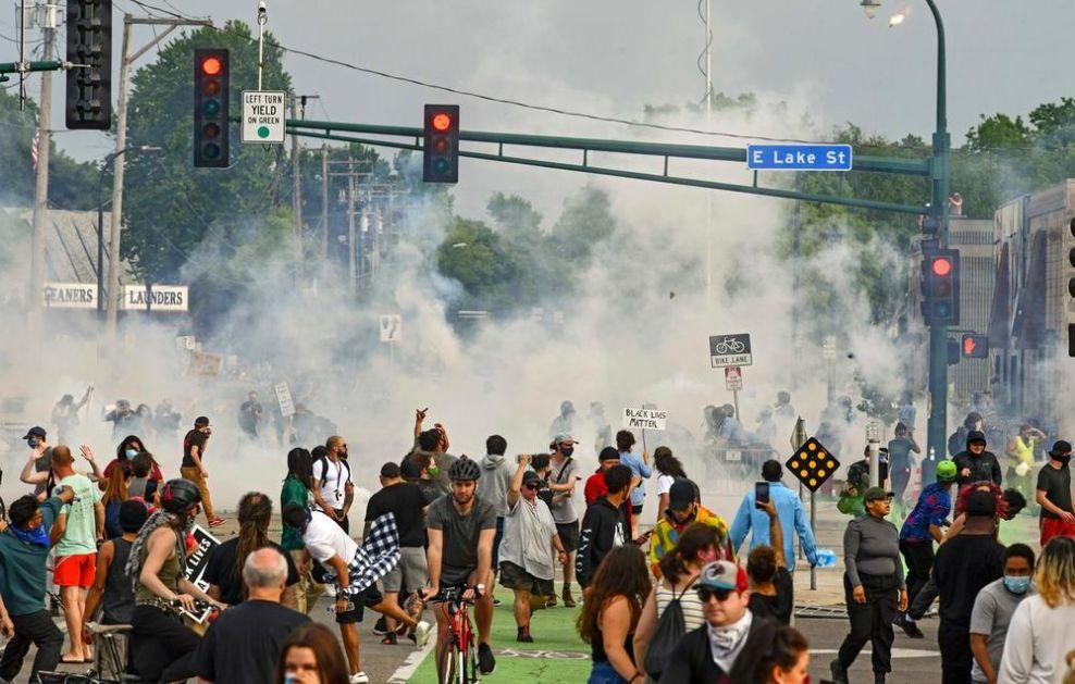 HAOS U MINEAPOLISU POSLE SMRTI AFROAMERIKANCA: Sukobi policije i demonstranata, pljačke i požari tokom protesta (VIDEO)