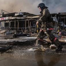 HEROJ: Vatrogasac uspeo da UHVATI BEBU koja je bačena iz ZAPALJENE zgrade!