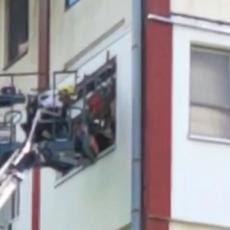 HEROJSKA AKCIJA NOVOSADSKOG VATROGASCA: Spasio bebu iz vatrene stihije, požar buknuo u zgradi, stanari evakuisani (FOTO)